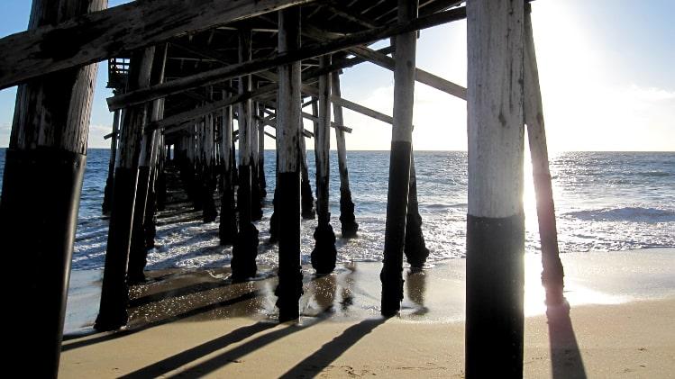 海岸に立つピア